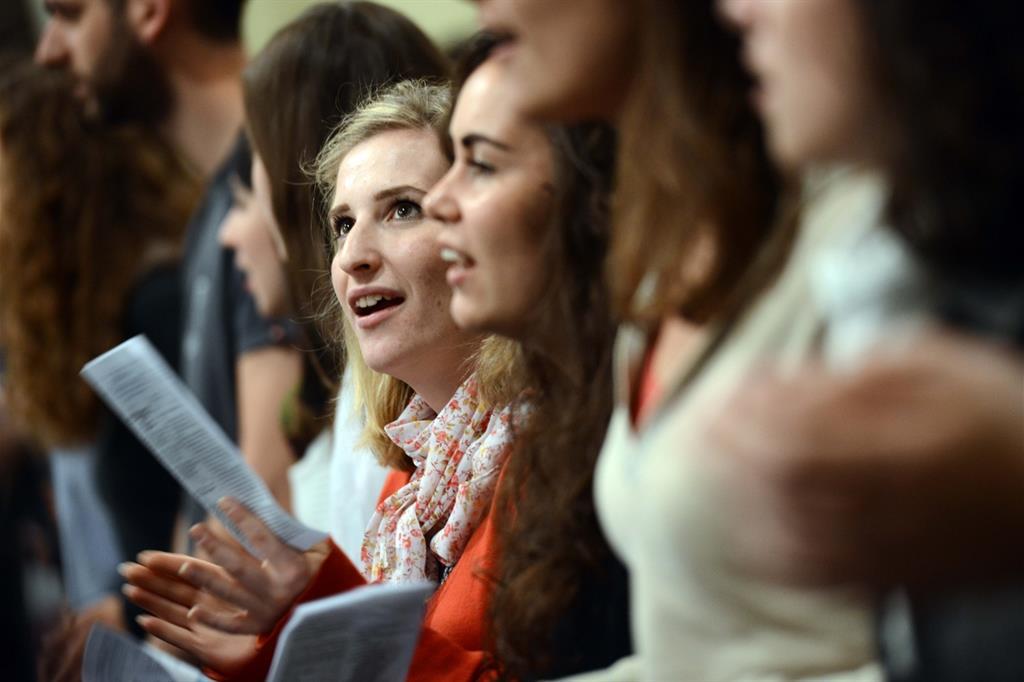 Giovani a una veglia di preghiera (Siciliani)