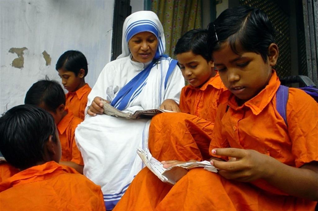 Ragazzi a lezione da una Missionaria della Carit� nella citta nordorientale indiana di Tripura