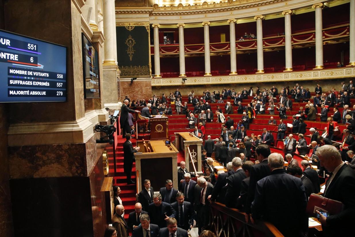 Simboli religiosi cacciati dal parlamento for Diretta dal parlamento