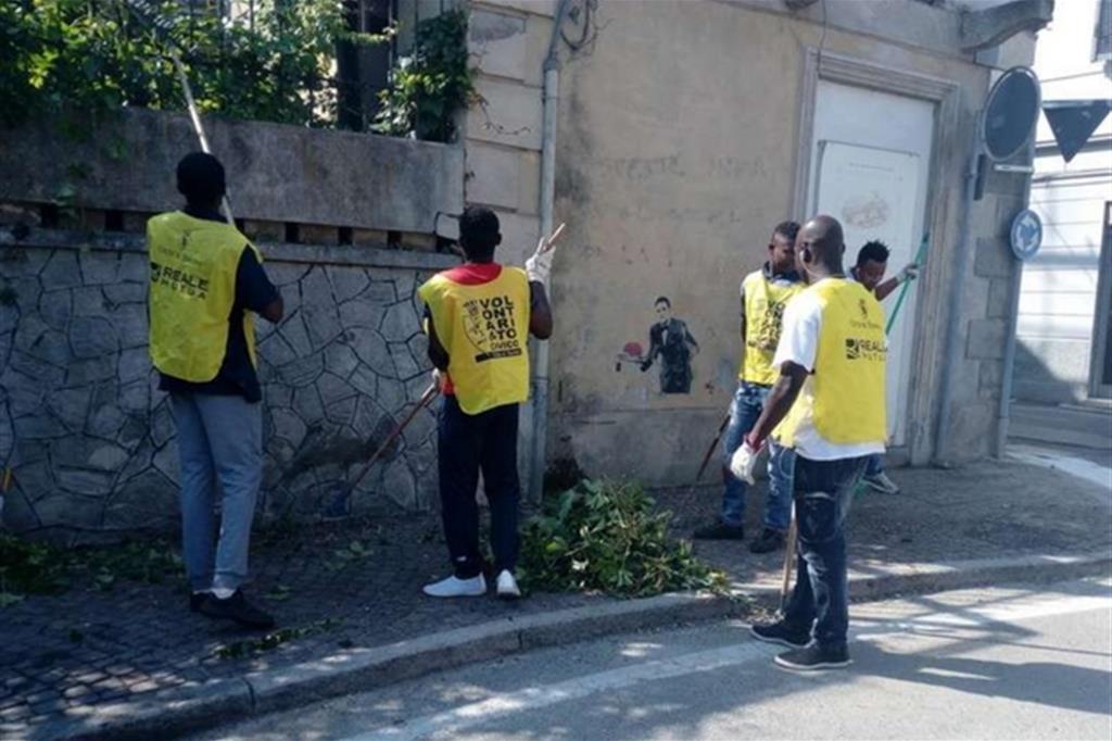Profughi al lavoro nella pulizia delle strade a Cavoretto