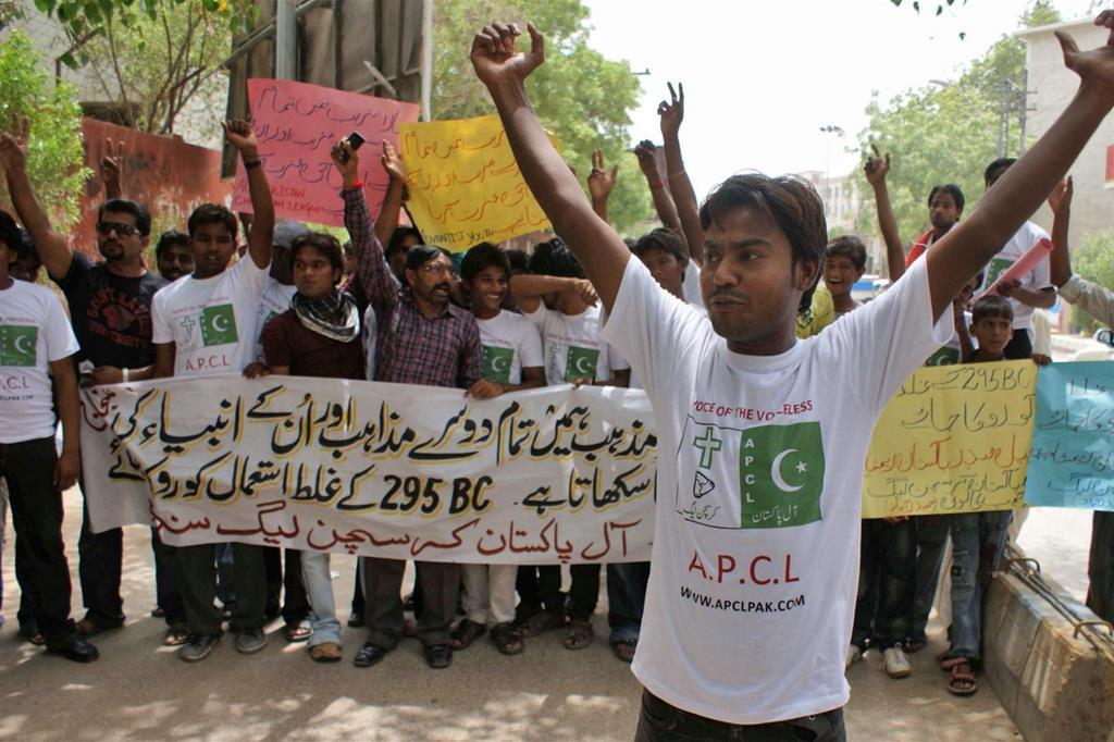 Una manifestazione di cristiani in Pakistan contro le persecuzioni religiose (Ansa)