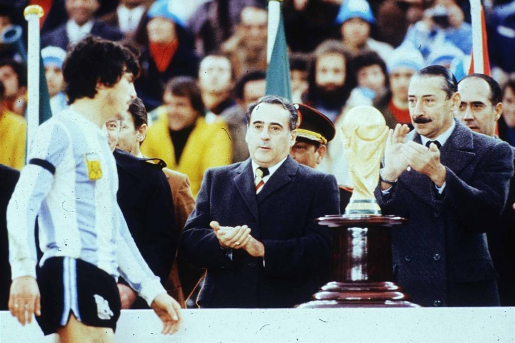 Argentina 1978. Daniel Passarella riceve la Coppa dal generale Videla (a destra) e dal presidente della federcalcio Cantilo