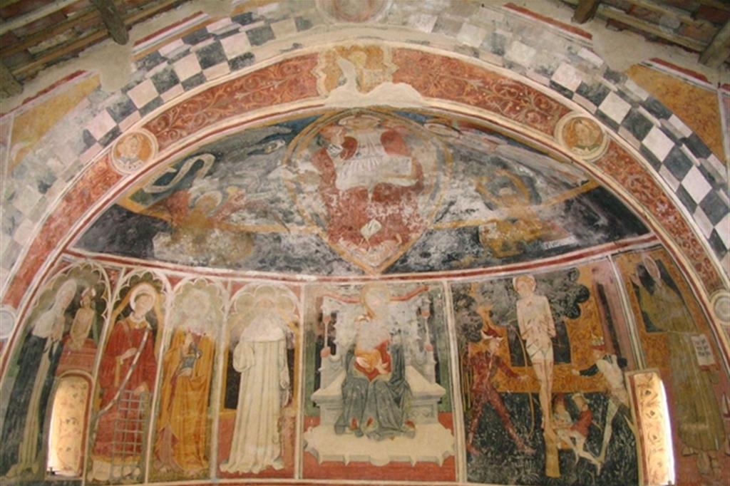 L'abisde affrescato della Cappella di San Bernardo di Aosta, a Piozzo