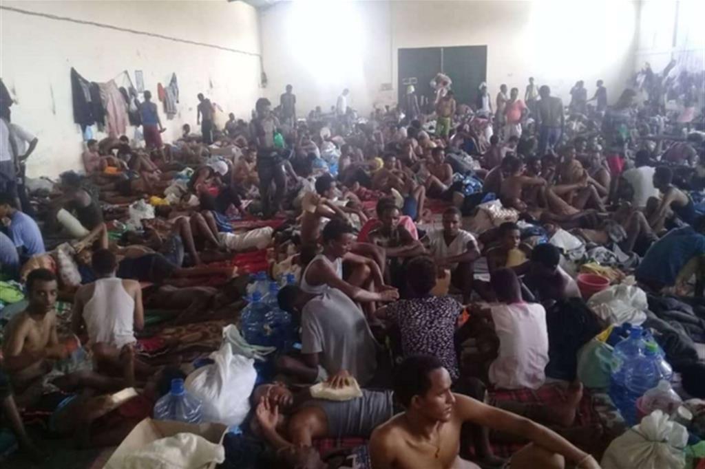 Un'immagine di un centro di detenzione per migranti in Libia. Un lager