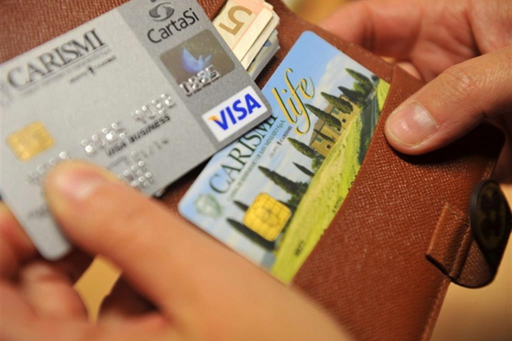 Nuove regole europee per i pagamenti con carte di credito o di debito (Ansa)
