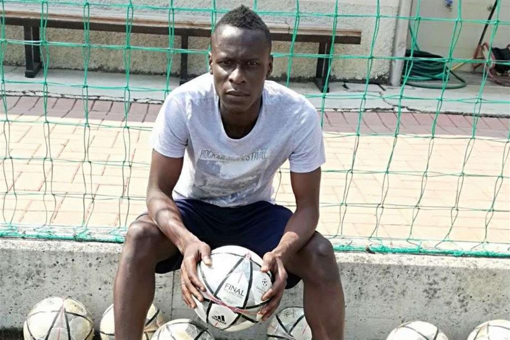 Lamin Jarju, classe 1998, originario del Gambia, fotografato sul campo della Lentatese, la società in gioca con la maglia numero 10