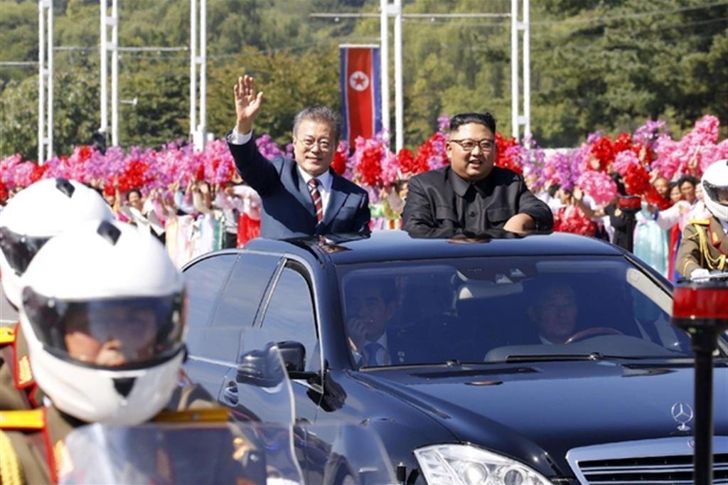 La sfilata di Moon Jae-in (a sinistra) e il leader nordcoreano Kim Jong-un nel centro di Pyongyang (Ansa)