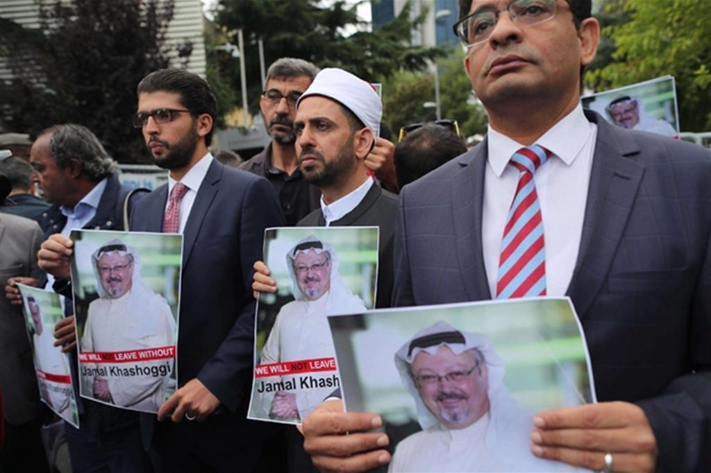 Manifestanti con l'immagine di Jamal Khashoggi riuniti davanti al consolato saudita di Istanbul (Epa)