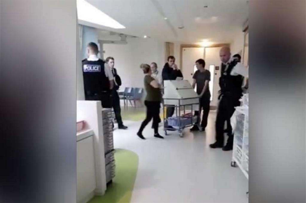 La polizia inglese in ospedale per impedire ai genitori di Alfie di portarlo altrove (Fermo immagine da Facebook)