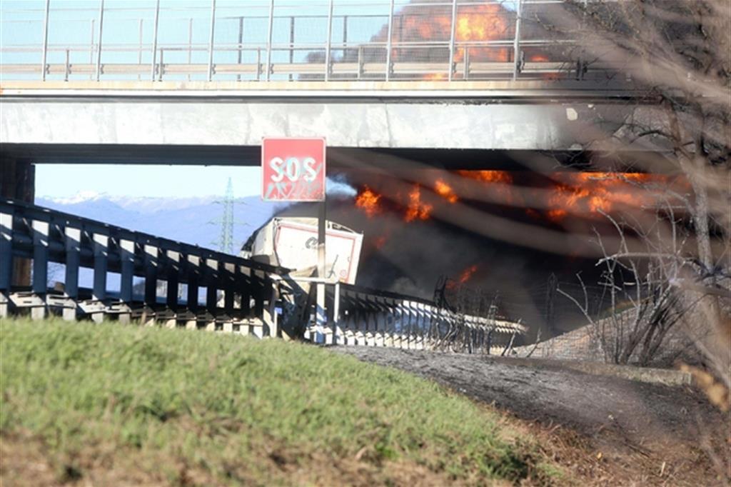 Le fiamme subito dopo l'incidente (Ansa)