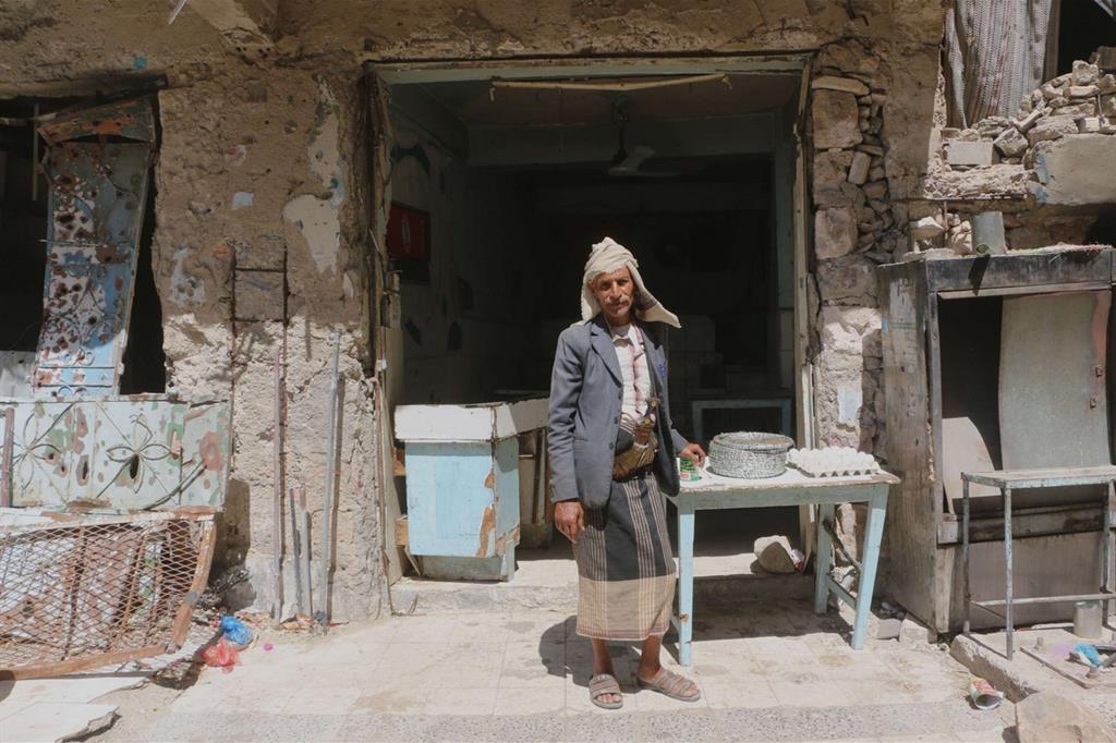 Ahmed Al-Haj davanti alla sua casa semidistrutta (Abdulnasser Al-Sedek/Oxfam) -