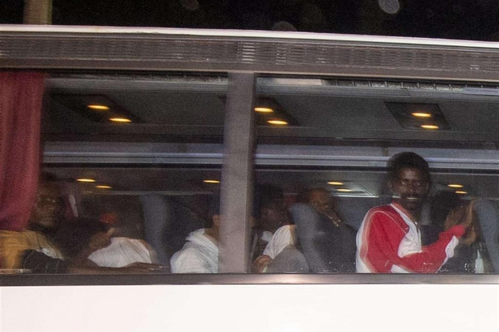I migranti sbarcati dalla nave Diciotti arrivano in tarda serata a Rocca di Papa (Ansa)