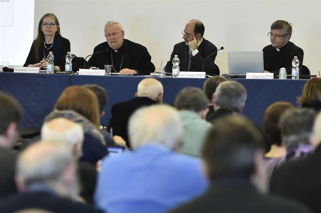A Roma il Convegno nazionale dei responsabili diocesani e regionali della pastorale della scuola e dell'Irc. Da sinistra, Mariapia Veladiano, il cardinale Gualtiero Bassetti, Ernesto Diaco e don Daniele Saottini (Siciliani)