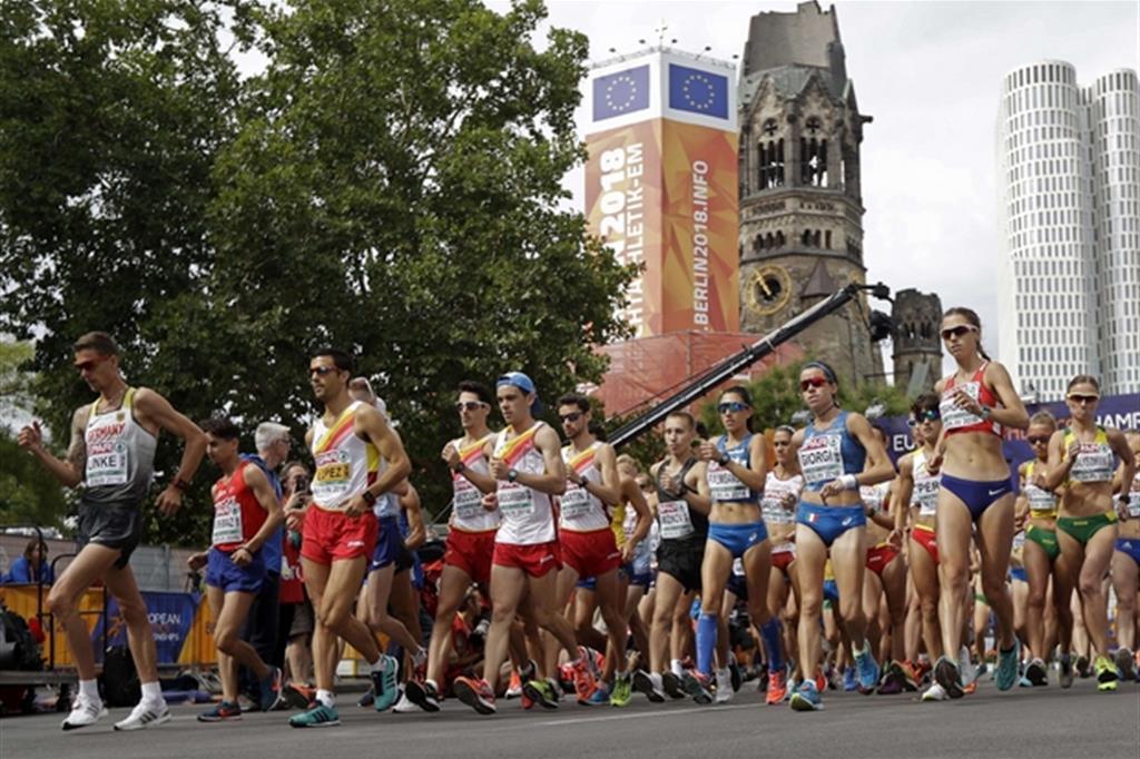La 20 km di marcia, maschile e femminile, sfila ai piedi della Gedächtniskirche (Ansa/Ap/Matthias Schrader)