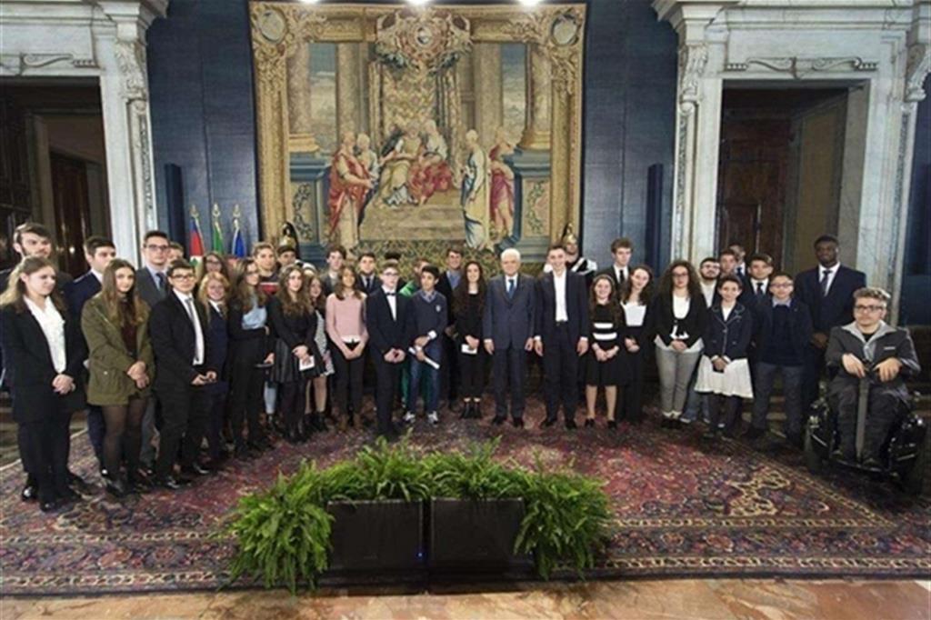 Mattarella con i giovani premiati dell'edizone precedente. Foto tratta dal sito del Quirinale