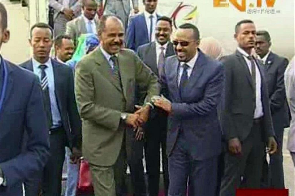 L'eritreo Issaias Aferki (sinistra, al centro) ha accolto domenica all'aeroporto dell'Asmara il premier etiope Abiy Ahmed (Ansa)