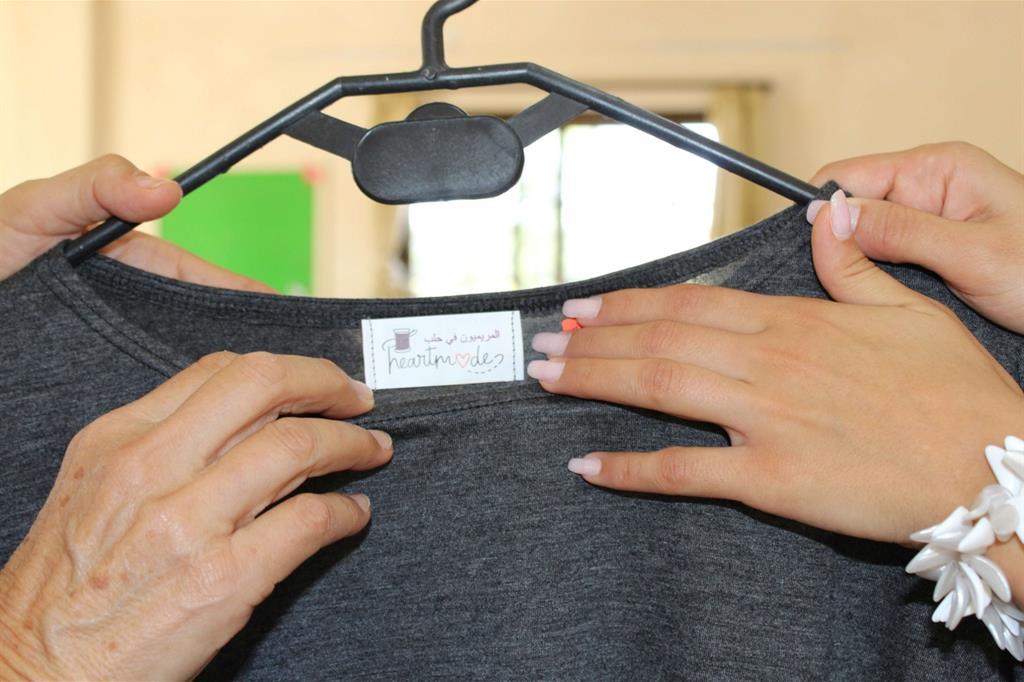 «Heartmade» è il logo, che è già un programma: «Fatto con il cuore». «E' una idea nata dopo aver visto progetti simili all'estero: produrre capi di sartoria con stoffe di riciclo e il minimo di scarto possibile», spiega Leyla Moussali. -