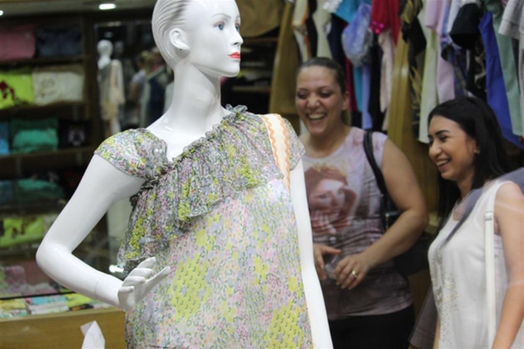 """Arrivano i primi clienti: ad Aleppo si può anche sorridere e fare festa con un vestito nuovo, """"fatto con il cuore"""". -"""