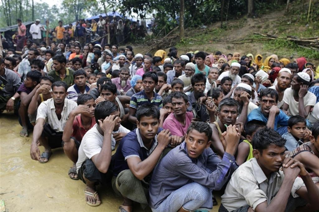 Profughi Rohingya all'arrivo in Bangladesh dal confinante Myanmar (Ansa)