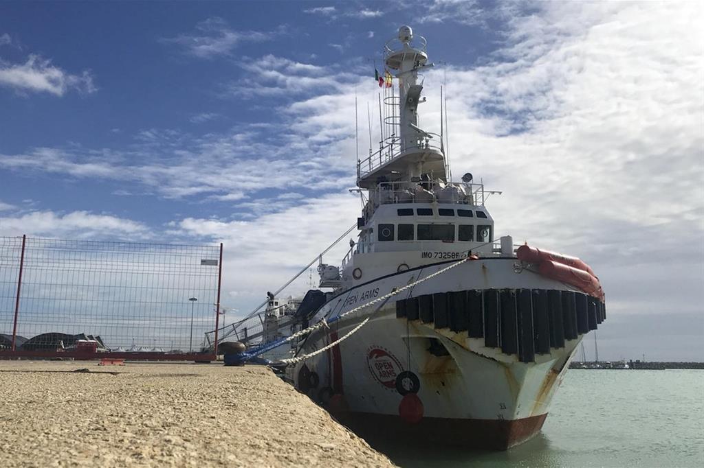 La nave ormeggiata al porto di Pozzallo