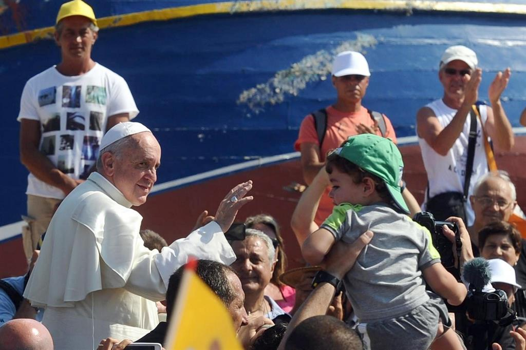 Papa Francesco in visita ai migranti a Lampedusa l'8 luglio 2013 (Ansa)