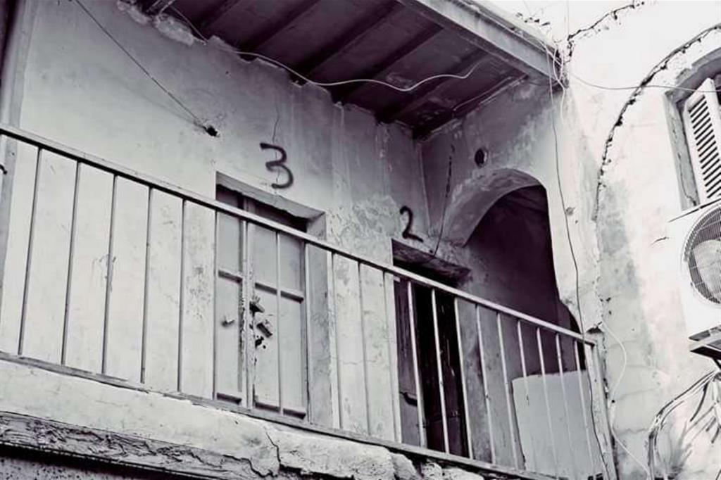 Le vecchie case vengono demolite per creare spazi vuoti, e siti archeologici sono diventati immondezzai o botteghe -