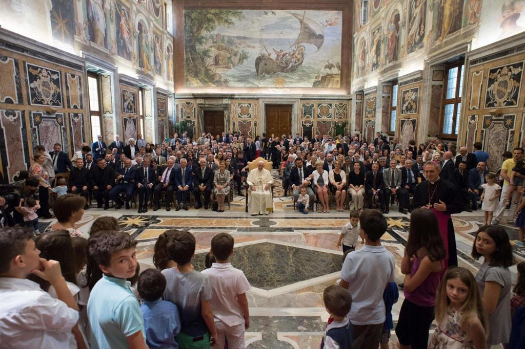 Il Papa ha ricevuto stamani in udienza, in Aula Clementina, i delegati del Forum delle Famiglie (Ansa)