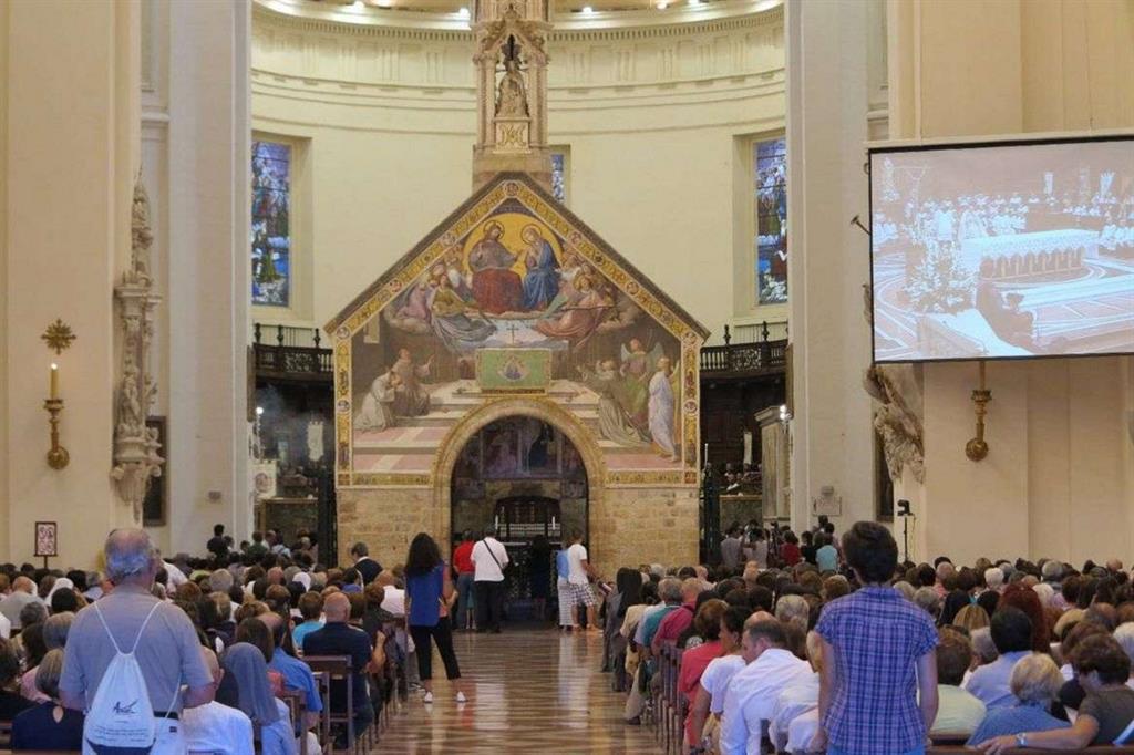 I pellegrini alla Porziuncola nella Basilica di Santa Maria degli Angeli ad Assisi