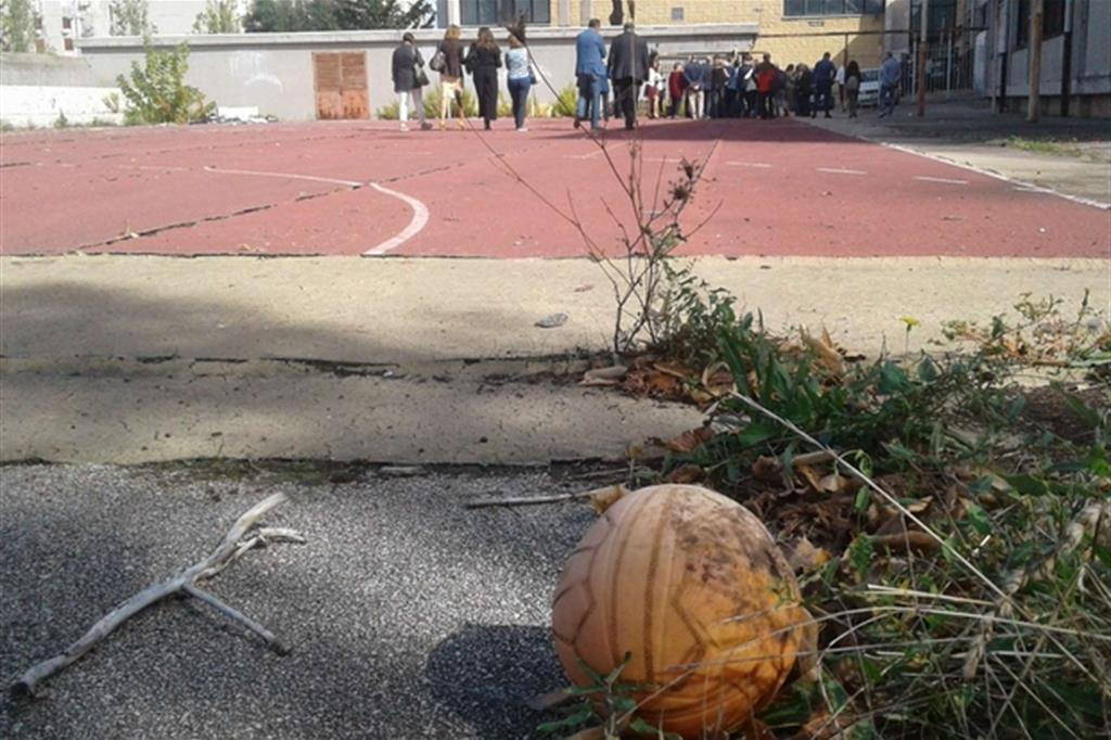Il pallone sgonfio ai bordi di quello che dovrebbe essere un luogo di gioco e di crescita per tanti ragazzi