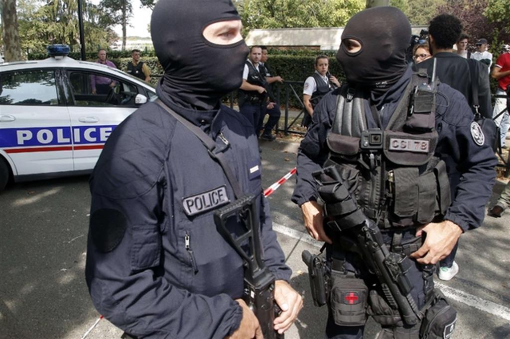 Poliziotti incappucciati a Trappes, sul luogo dell'accoltellamento (Ap)