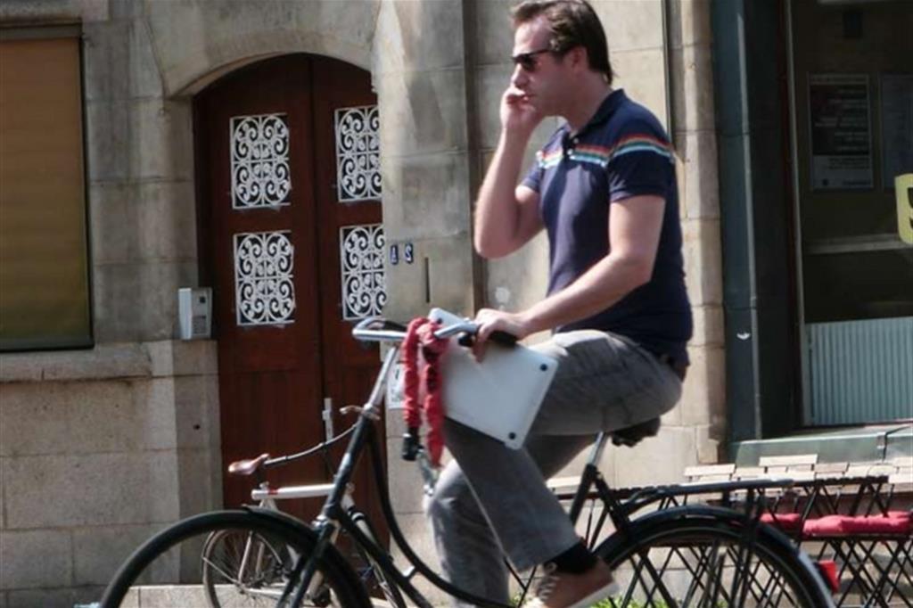 Olanda, multa a chi parla al cellulare in bicicletta