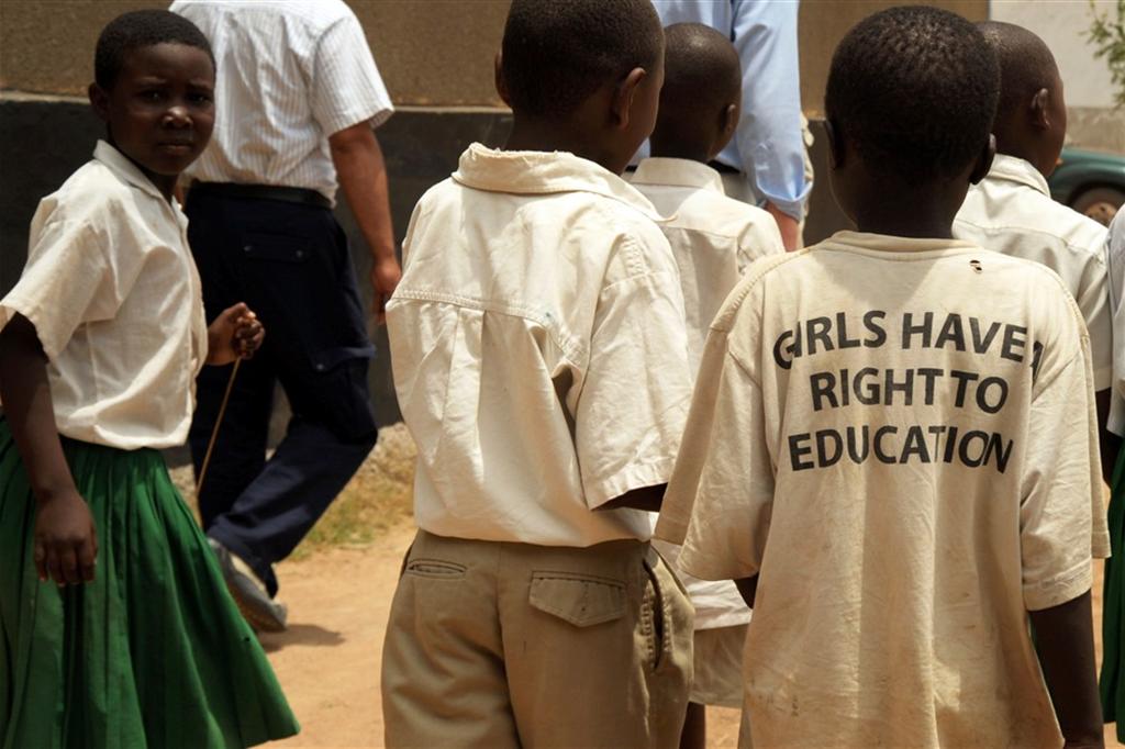 Alunni di una scuola di Urambo, in Tanzania: sulla maglietta di uno di loro lo slogan «Le ragazze hanno diritto all'istruzione»