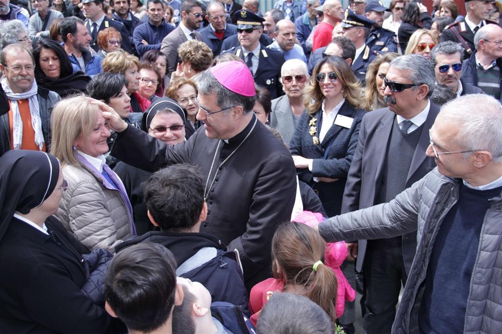L'arcivescovo di Palermo, Corrado Lorefice, a Brancaccio, il quartiere dove è stato ucciso padre Puglisi