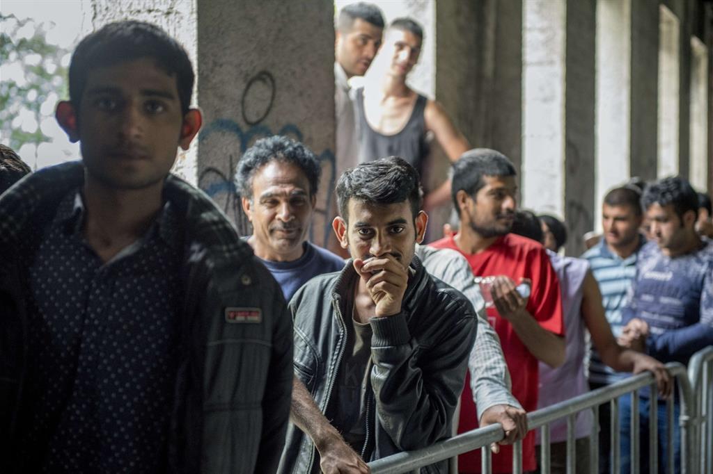 A Bihac, nei ruderi dell'ex residenza studentesca, i migranti fanno la fila per la mensa allestita dalla Croce Rossa. Che è diventata anche un dormitorio (Ennio Brilli)