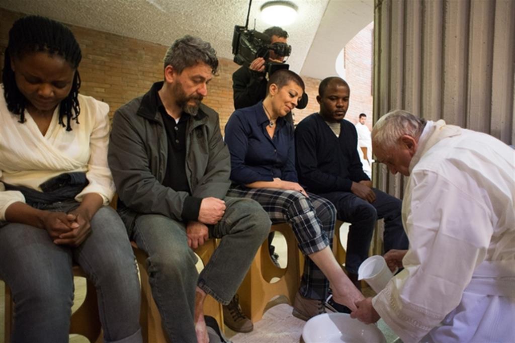 Nel 2015 papa Francesco lavò i piedi ai carcerati di Rebibbia (Archivio Osservatore Romano).