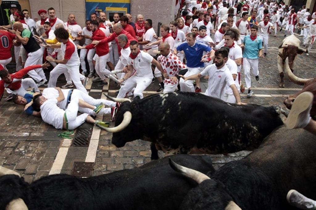 La corsa di Pamplona ha provocato oggi almeno cinque feriti (Ansa)