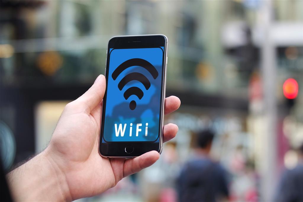 La gente sta troppo tempo sui social, sindaco stacca il wifi comunale