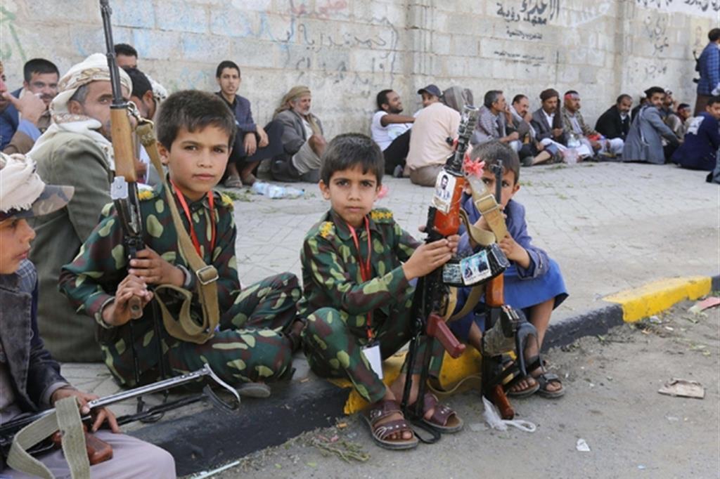 Bimbi nella capitale Sanaa con uniformi e repliche di armi dei guerriglieri filo-iraniani Houthi, durante la sfilata del giorno dell'Ashura