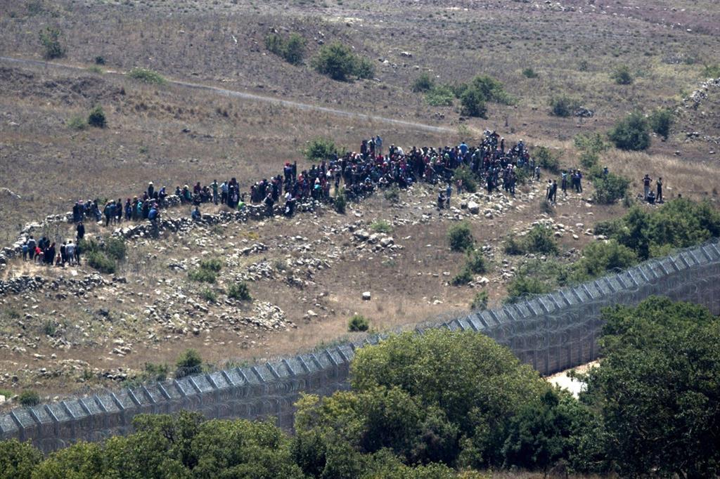 Altri profughi siriani ammassati ai confini con la zona sotto controllo israeliano (Ansa)