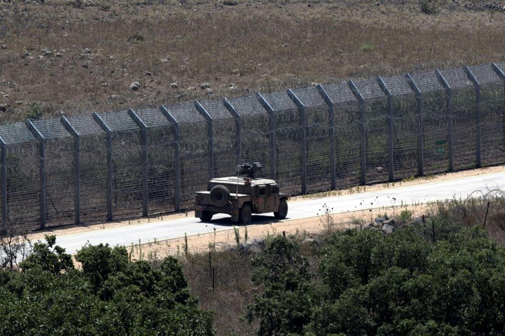 Un mezzo israeliano pattuglia le difese poste sulle alture del Golan (Ansa)