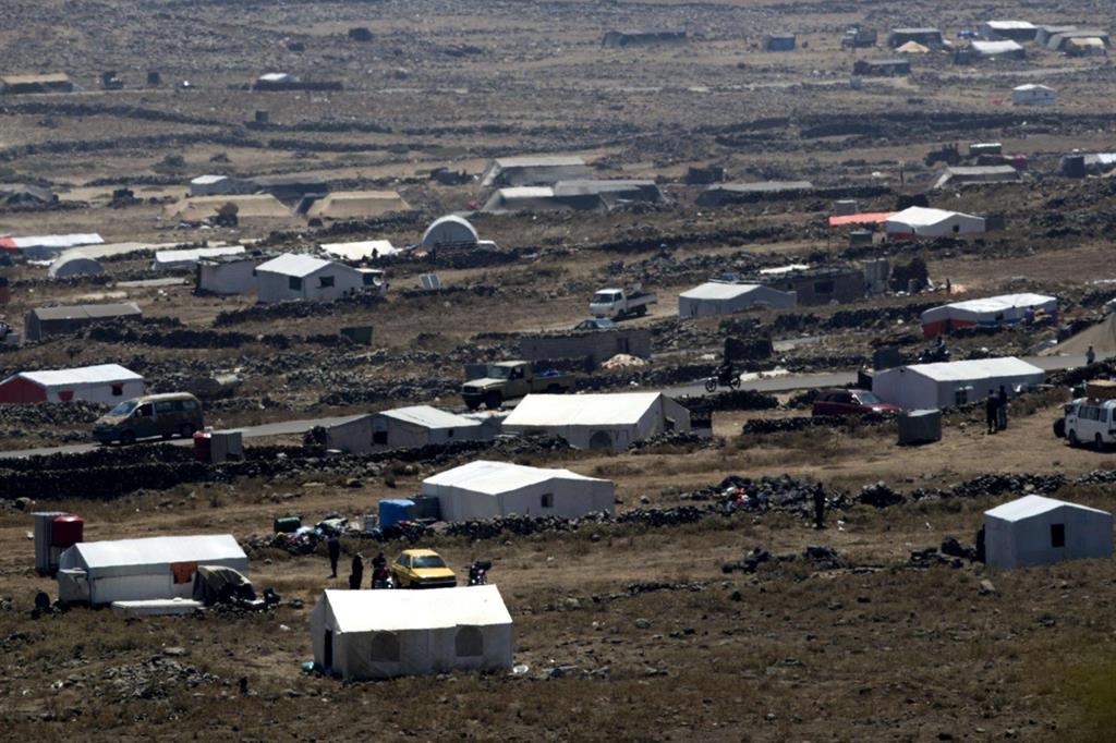 Un campo di rifugiati vicino al villaggio di al-Rafeed sul Golan siriano. I combattimenti sono molto vicini (Ansa)