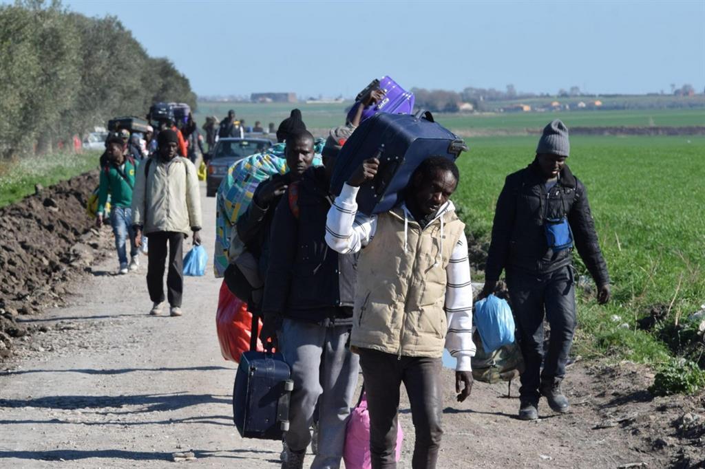 """Migranti al """"Gran ghetto"""" nelle campagne tra San Severo e Rignano (Ansa)"""