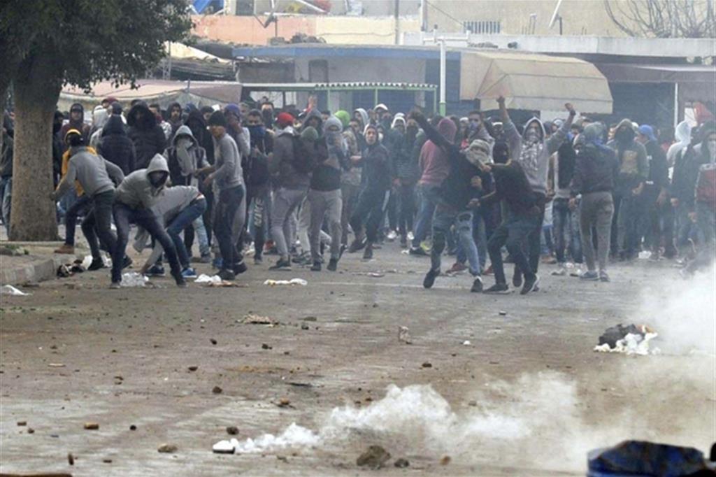 Gli incidenti con la polizia a Tebourba dove si è registrata anche una vittima tra i manifestanti (Ansa)