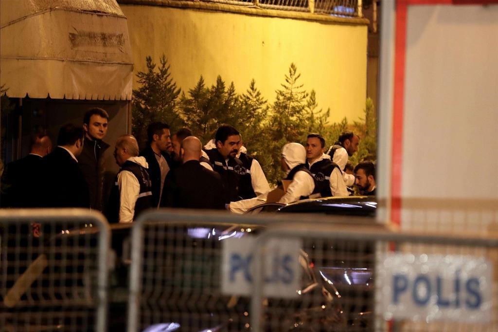 Funzionari turchi nell'ambasciata di Riad a Istanbul (Ansa)
