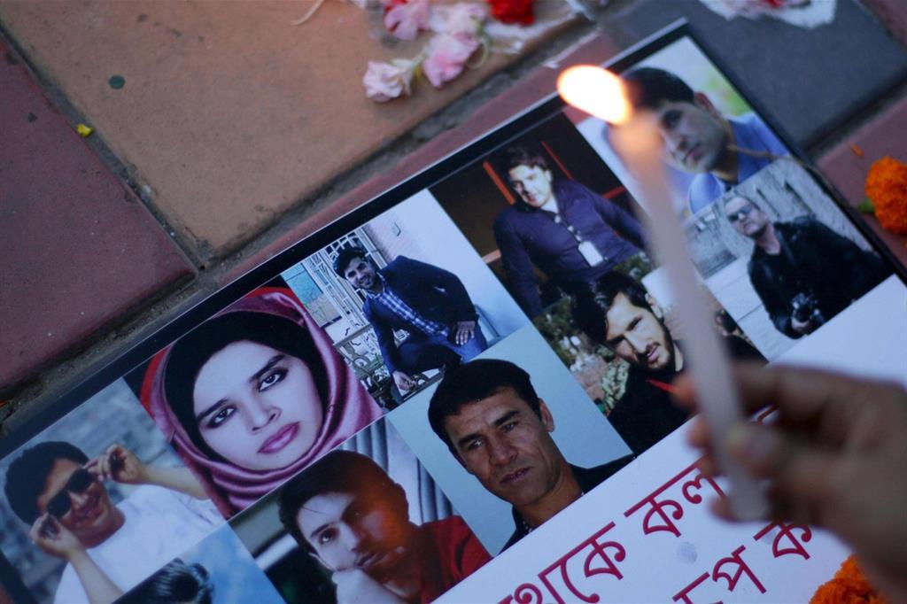 Una manifestazione in ricordo dell'attentato nei giorni scorsi a Kabul, in Afghanistan, in cui sono rimaste vittime 24 persone, tra le quali nove giornalisti (Ansa)