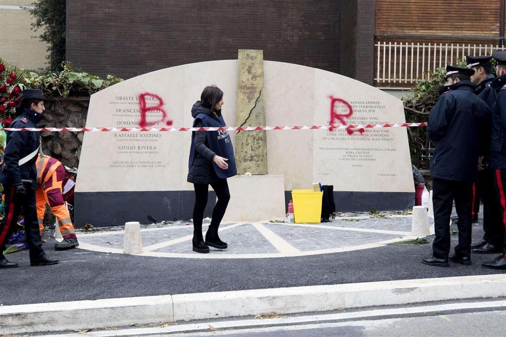 Di nuovo imbrattato il monumento in memoria della scorta di Aldo Moro