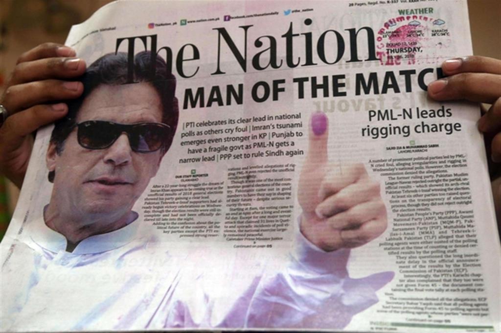 Il vincitore: la foto dell'ex campione di cricket Imran Khan, leader degli islamisti di Tehreek-e-Insaf, campeggia sui quotidiani (Ansa)
