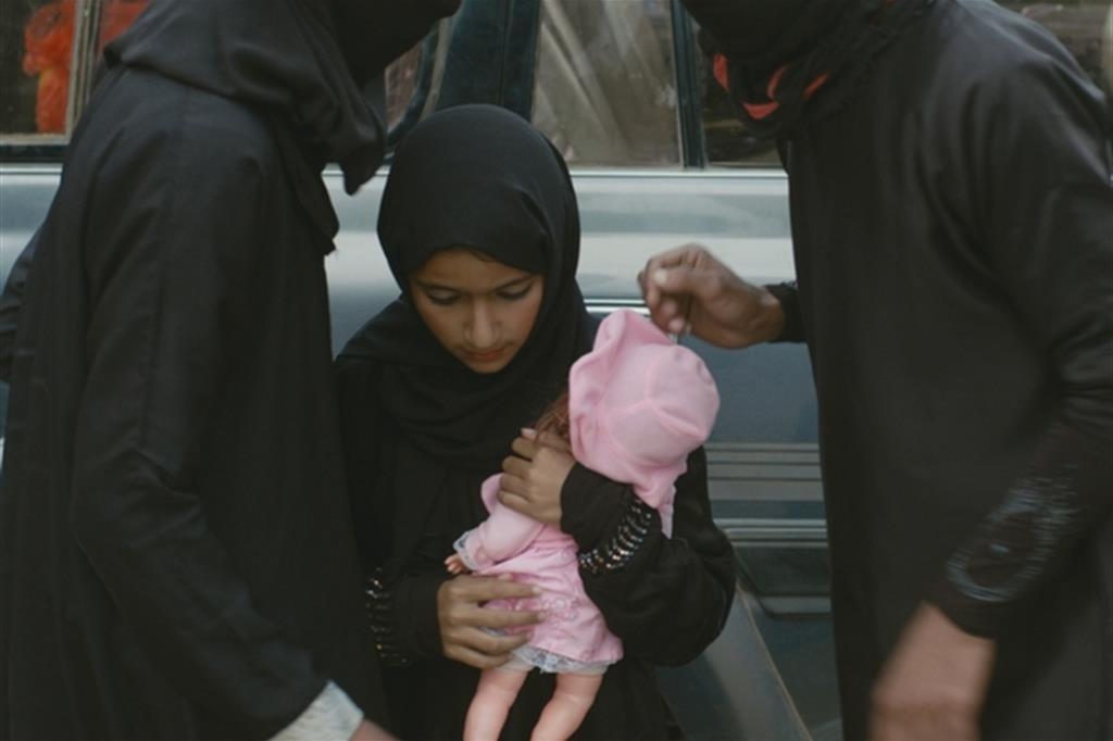 Strappa il passaporto della figlia di 10 anni per impedire nozze combinate