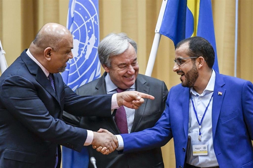 Stretta di mano tra le parti avverse a Stoccolma dopo l'intesa per la tregua in Yemen (Ansa)