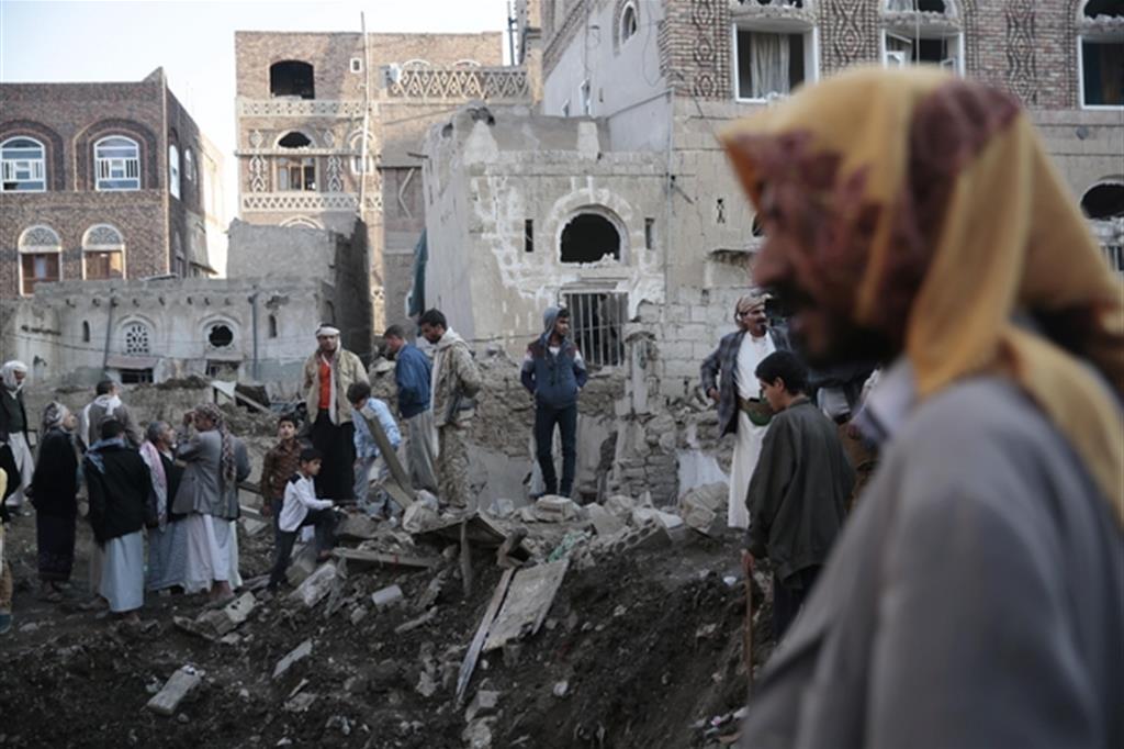 La guerra, fatta anche con le bombe italiane, sta distruggendo lo Yemen (Ansa)